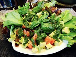 トマトとアボカドのジェノベーゼソースサラダ